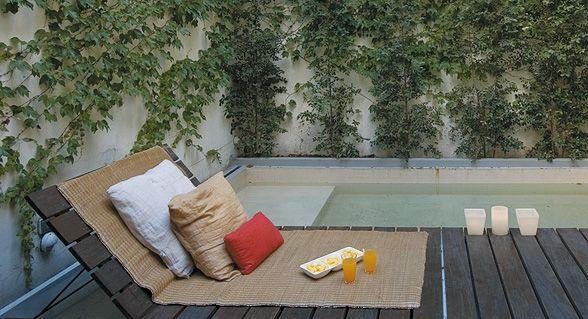 Aire libre urbano un patio interno con deck pileta y for Patio chico con pileta