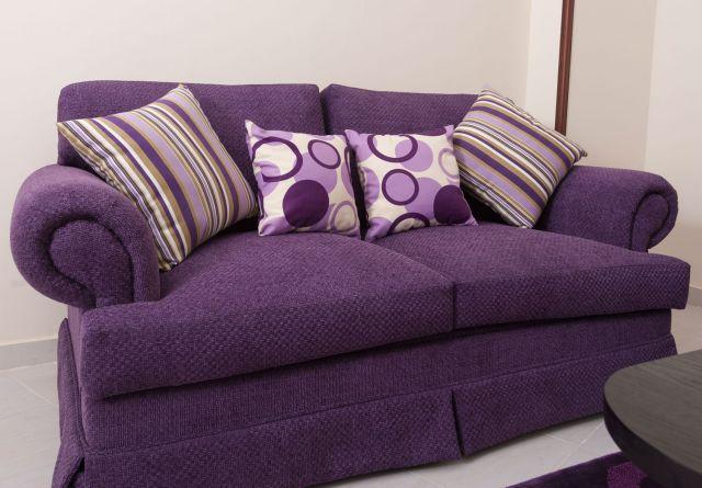 Cojines para decorar un sof morado o lila cojines de - Decorar pared sofa ...