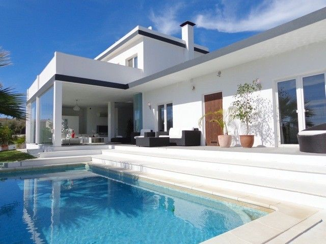 Villa for sale in Marbella West, Marbella Built 437m² • 4 Beds • 4 Baths • Terraces 131m² • Plot 1065m² • Reference: VI0528 Price: 850.000 EUR