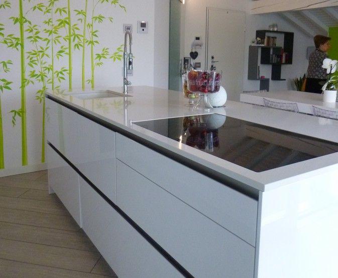 arredamento-moderno-piano-cottura-induzione-su-isola.-di-una-cucina ...