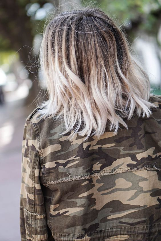 Un tye and dye blond platine sur un carré long Cheveux