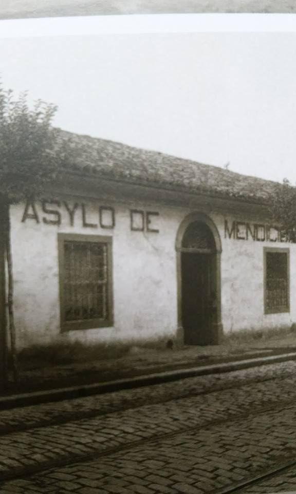 Asylo de Mendicancia, na Rua da Gloria, em 1910. Antes esse casarao de taipa era a Santa Casa.