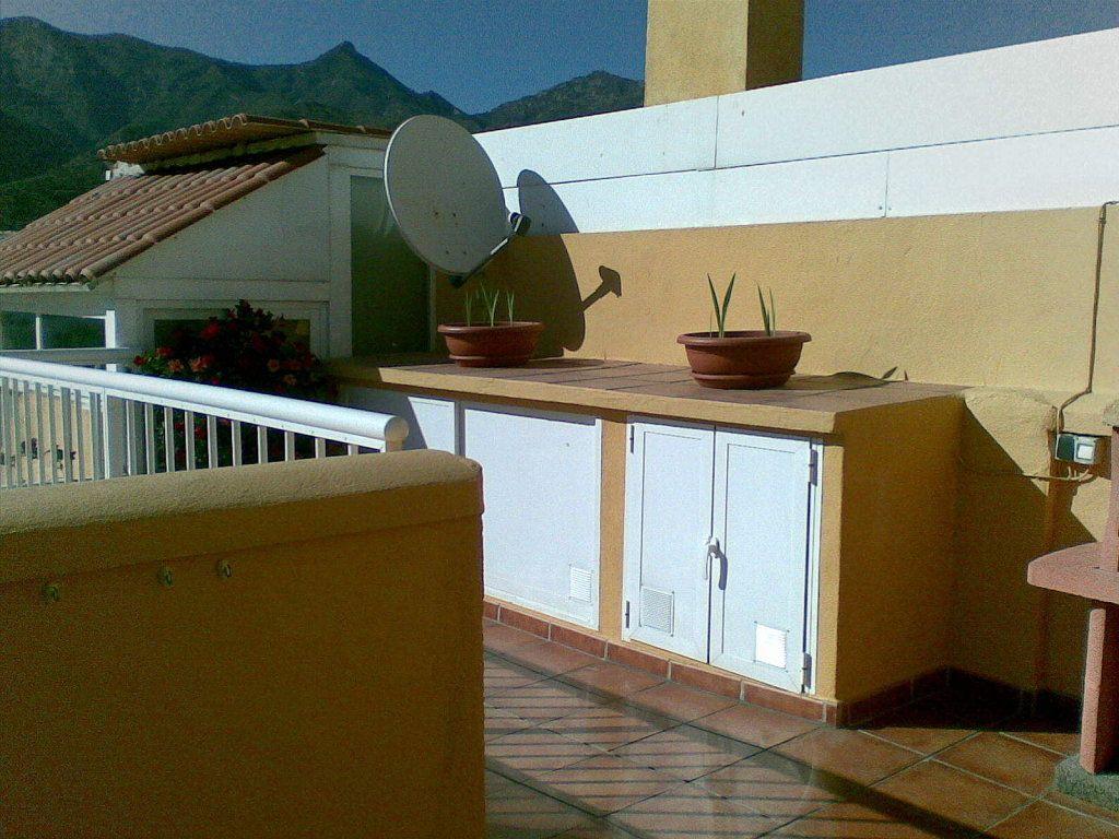 mueble de obra para lavadora y escobero  Decorar tu casa es facilisimocom  terrazas  Pinterest