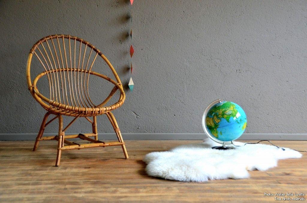 Joli petit fauteuil en rotin pour l'enfant (dès 3 ans). Sa forme corbeille est ultra confortable et l'assise très stable. Un joli meuble aussi utile que décoratif. A l'Atelier, on aime particulièrement ses jolies courbes et sa couleur miel.