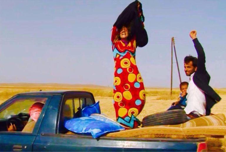 Shervan Derwish: Les femmes syriennes retirent leurs burka au passage de la frontière pour célébrer leur sortie du califat.