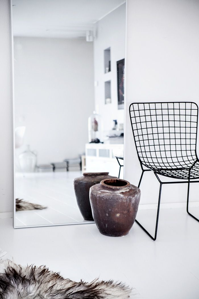 Via Helt Enkelt | Bedroom | Bertoia Chair | Black and White