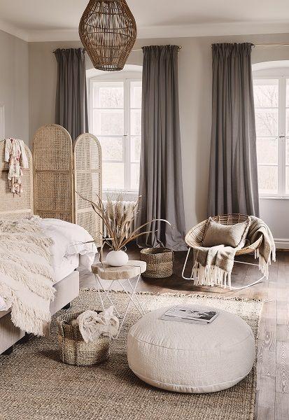 Scandi meets Boho - Stilmix auf Skandinavisch! Wenn zwei angesagte Stil-Richtungen aufeinandertreffen, ist das Ergebnis doppelt schön! Die geradlinige Modernität des Scandi-Styles wird mit auffälligen Boho-Elementen aufgelockert und zum weltumschließenden Wohnkonzept. Kombiniere zu puristischen Möbeln, Teppiche im Beni-Ourain-Stil, Flecht-Körbe und stilvoller Deko, fertig ist der Stil-Mix zum Verlieben! // Schlafzimmer Skandinavisch Boho Deko Ideen Einrichten #Schlafzimmer #Skandinavisch#Boho