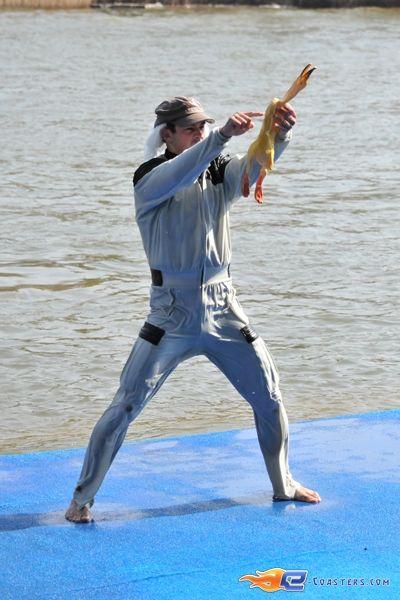 17/31   Photo du water stunt show, Jim Bond H2O situé à Holiday-Park (Allemagne). Plus d'information sur notre site http://www.e-coasters.com !! Tous les meilleurs Parcs d'Attractions sur un seul site web !!