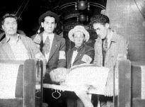 1925 Voluntarios de la Cruz Roja junto a un cadáver