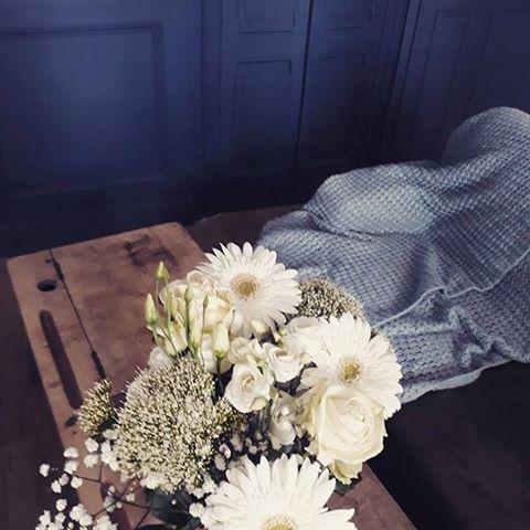 #Repost @_emilie_pvt. Un joli bleu Tollens pour un joli bouquet ☺💐 . . . . #flowers #flowerpower #blue #darkblue #wall #decor #home #housedesign #homedecor #decoration #simplethings #style #prettythings #slowlife #lifestyle #paints #diy #doityourself #painting #tollens #regram #bouquet #whiteflower #nature #naturalcolors #natureinside #joy #sweethome  #Regram via @peinturetollens