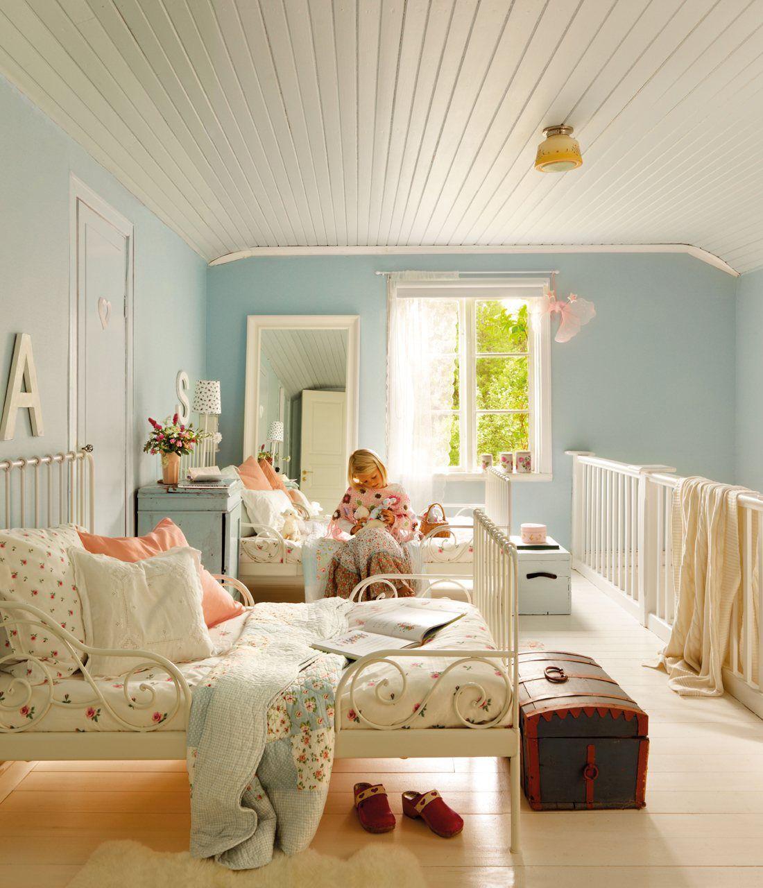 Dormitorio infantil azul y blanco con dos camas con ba les for Dormitorio infantil bosque