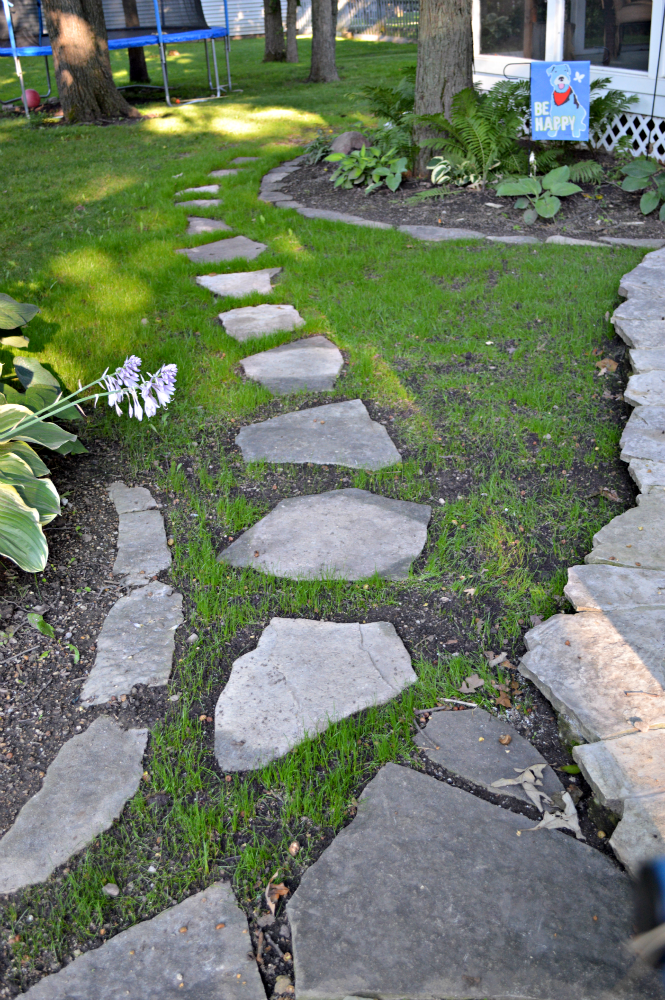 Diy stepping stone path hometalk for Stone path in grass