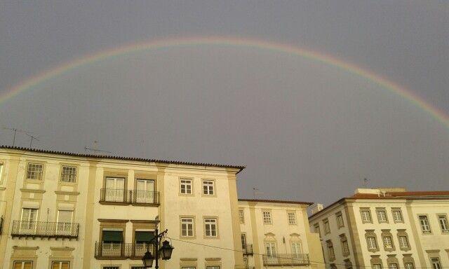 Évora, Portugal, Alentejo. Fim de tarde, com um arco íris completo. Praça do Giraldo.