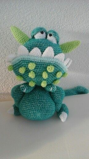 Amigurumi monster Morrison. Pattern from Amigurumi & Monsters by Tessa van Riet - Ernst. Pattern written in Dutch.