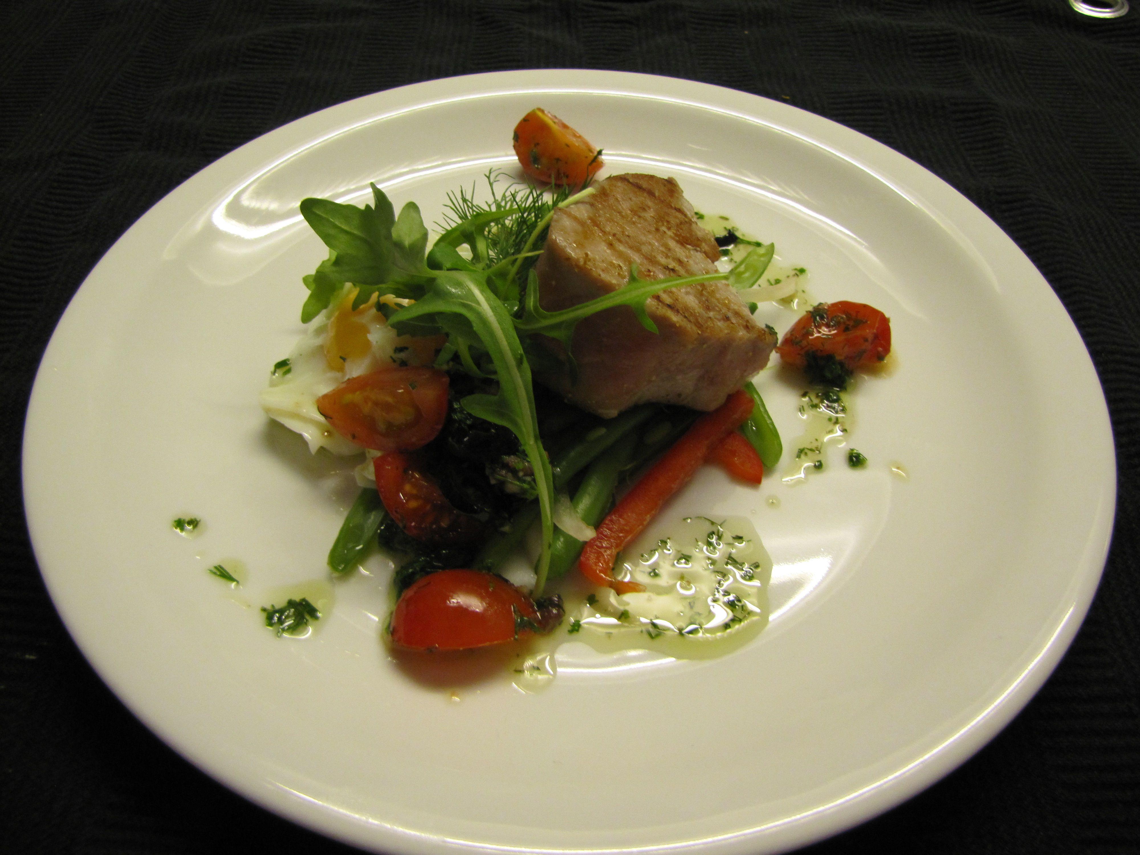 Tussengerecht: Lauwwarme Niçoise met gegrilde tonijn, gepocheerd ei, geritste boontjes en antiboise