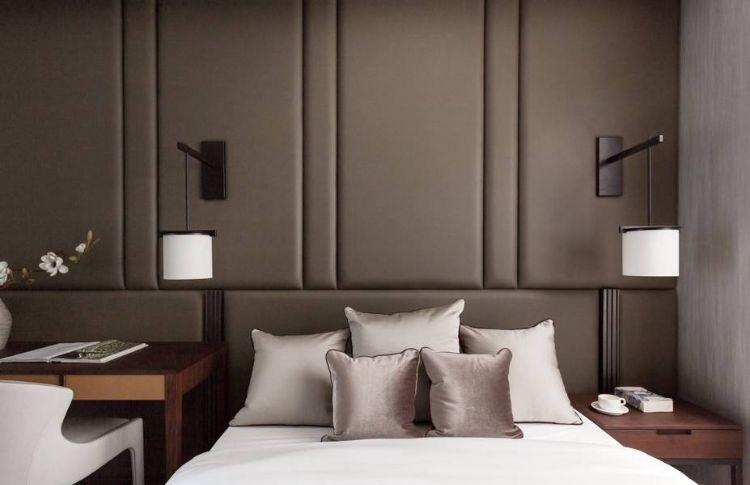 Polsterwand Im Schlafzimmer Wandpaneel Bett Rückenpolster Wand Rückenlehne  Polster Design Braun Modern Viereck Formen Kissen