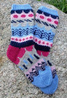 Muita Ihania-blogissa neulottiin talvella KAL-hengessä kirjoneulevillasukat ( klik ).Olin taas myöhäisherännäinen ja neuloinkin ne sitten ...