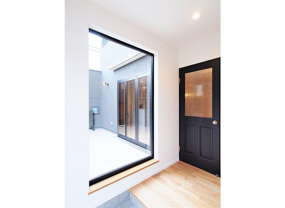テラスとの間に大きな窓を取り入れて 開放感のある明るい玄関に
