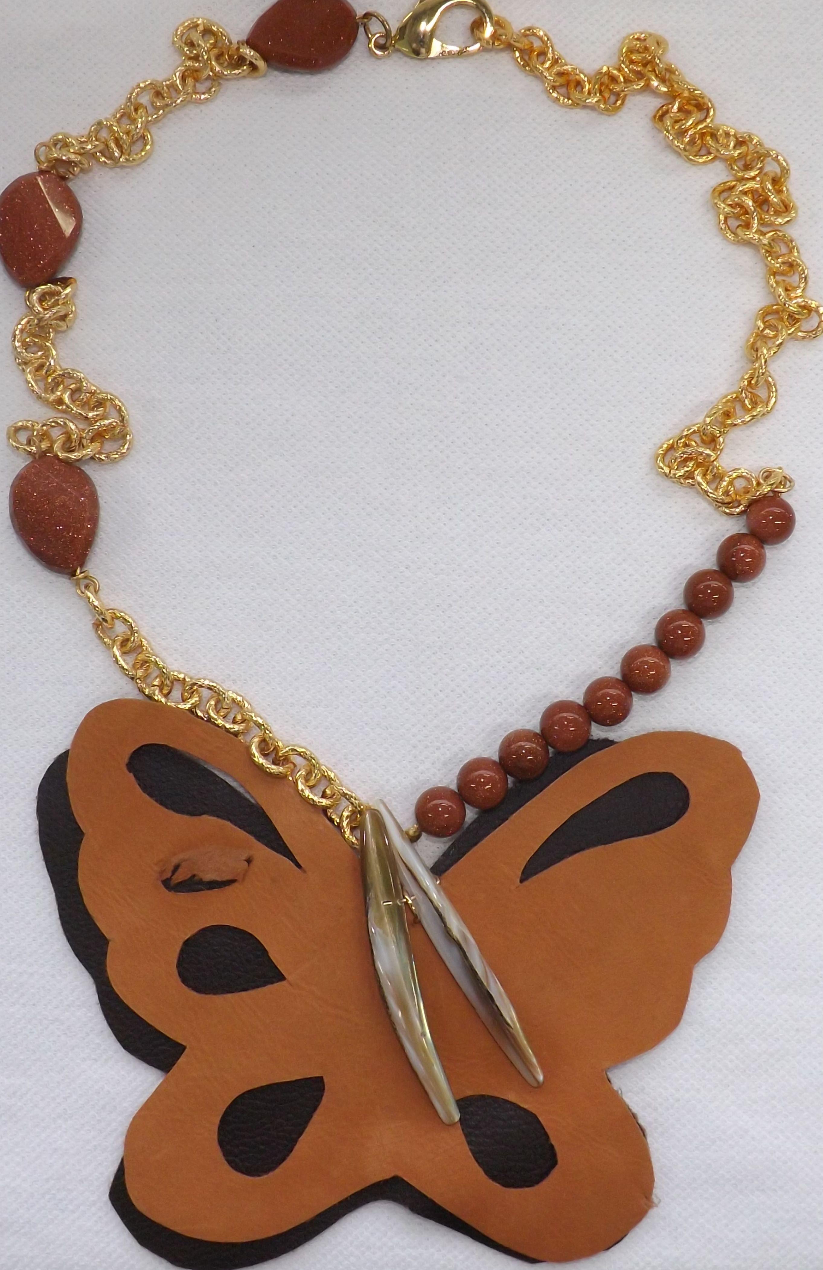 25c84938bd79 Collar de lluvia de oro con cuero en dos tonos y cadena en oro laminado.