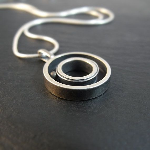 /// Questo ciondolo è fatto in argento con un cuscinetto a sfera in ottone. Misura 5/8 di diametro da 1/8 alta con un 5/16 buco nel mezzo. Il