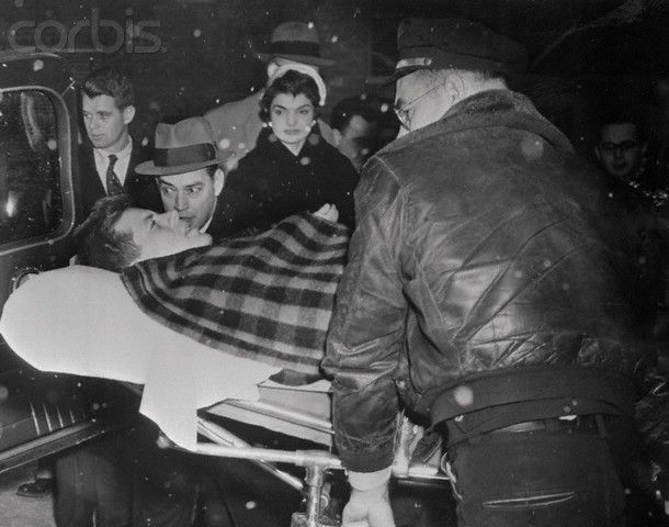 1954. 21 Décembre. Surgery on his spinal cord. Jack, Jackie et Bobby