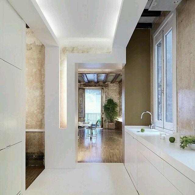 interesante trabajo en techos paredes e iluminacin juego de contraste en tonos