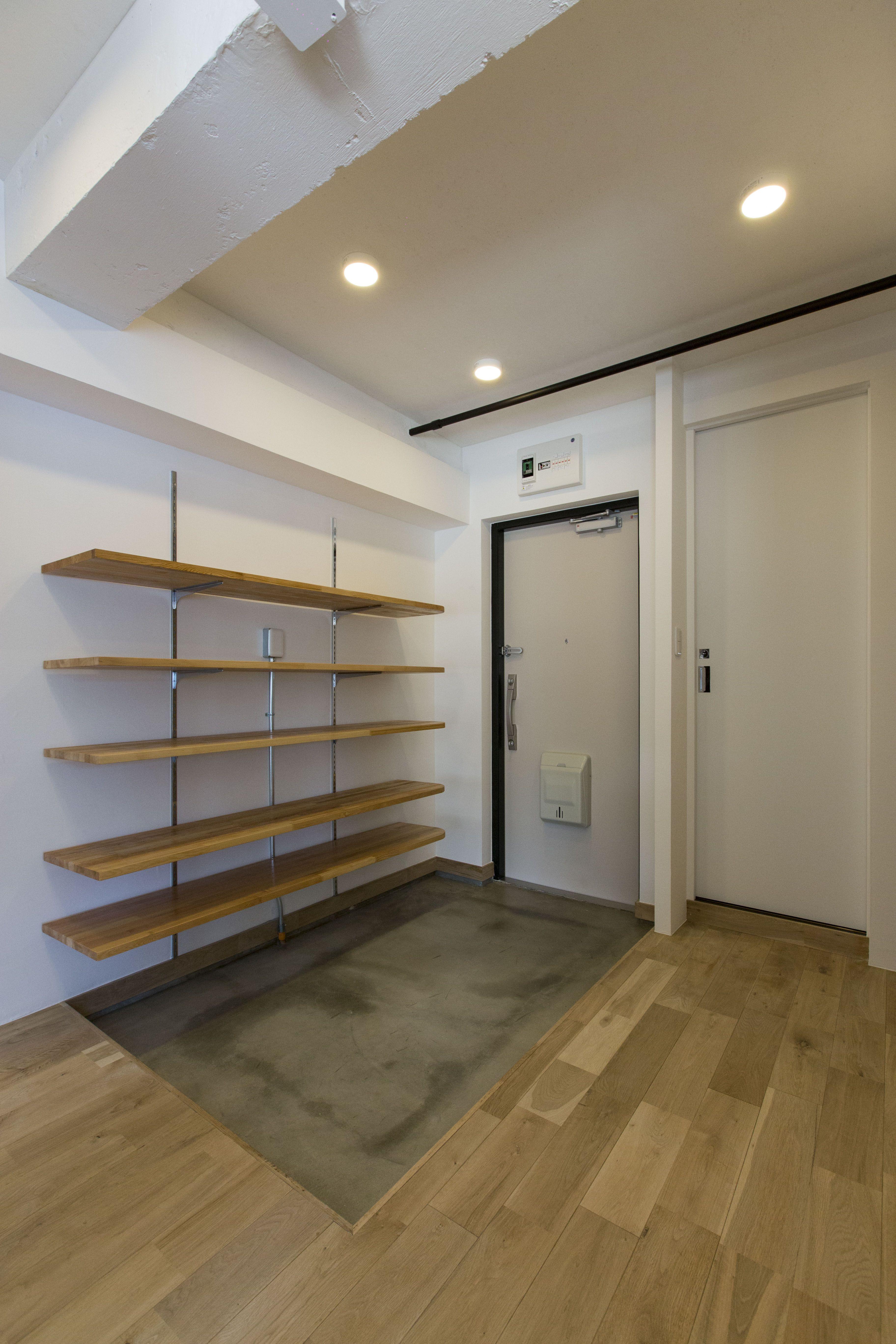 玄関は広々とした土間 そして沢山収納できる収納棚が設置してあります