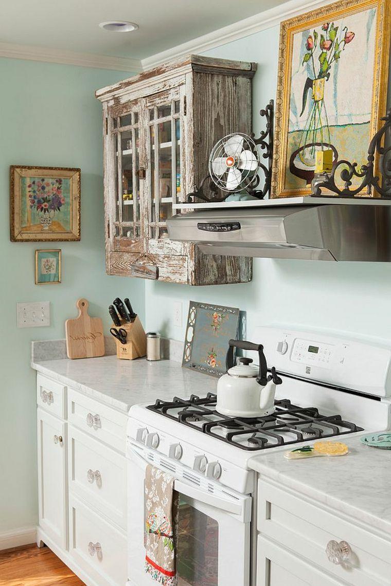 Idee per arredare una piccola cucina shabby pareti azzurre carta da zucchero credenza anticata - Idee per arredare una cucina piccola ...