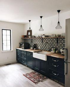 12 astuces pour donner du cachet un pavillon standard d co kitchen black kitchen cabinets. Black Bedroom Furniture Sets. Home Design Ideas