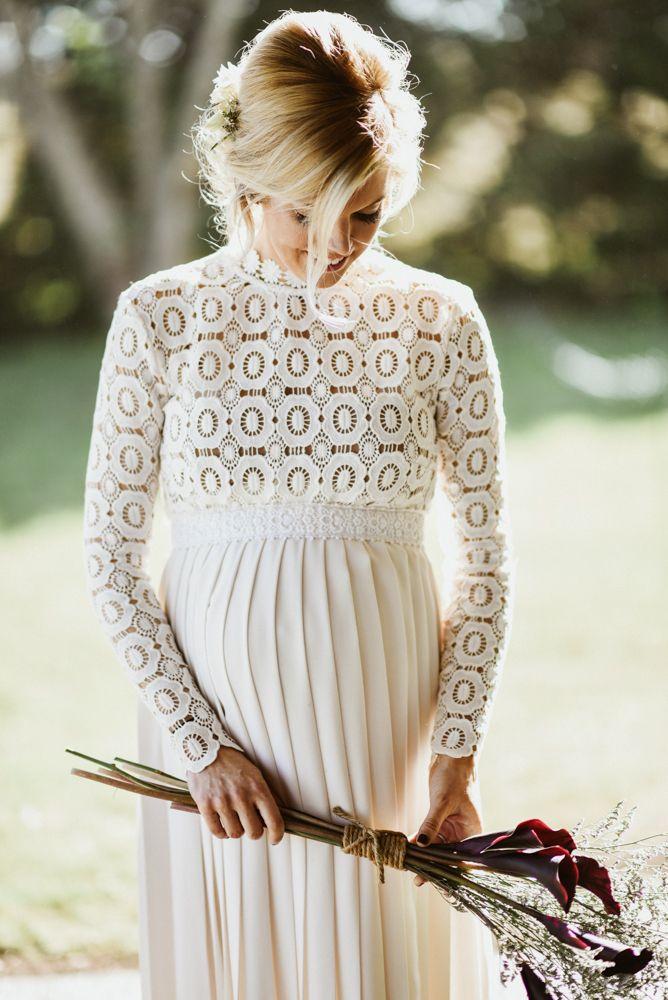 Traumkleid in Weiß für die schwangere Braut #standesamtlichehochzeit #standesamtlichehochzeitkleid #standesamtlichehochzeitschwanger #umstandskleid #braut #hochzeit #weiß #boho #mortongrove
