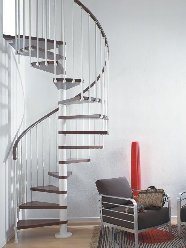 Fontanot Pixima Ring -kierreportaat sopivat osaksi nykyaikaista kotia. Kaide ja askelmat tummaa pyökkiä, portaissa valkoinen runko pinnakaiteella.