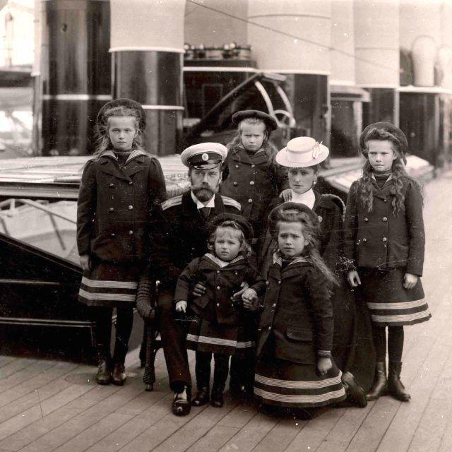 NAOTMAA Romanov a bordo do Imperial Yacht Standart em cerca de 1906. A partir da esquerda: Grã-duquesa Olga Nikolaevna Tsar Nicolau II segurando o pequeno Tsarevich Alexei Nikolaevich atrás Grã-duquesa Anastasia Nikolaevna (cute) Imperatriz Alexandra Feodorovna (de chapéu) ajoelhada Grã-duquesa Maria Nikolaevna e Grã-duquesa Tatiana Nikolaevna. Amo demais esta foto . . . . Estamos vivendo as últimas horas de 2015. Faltam exatamente 12 horas para 2016. Happy New Year from NAOTMAA Romanov :)…