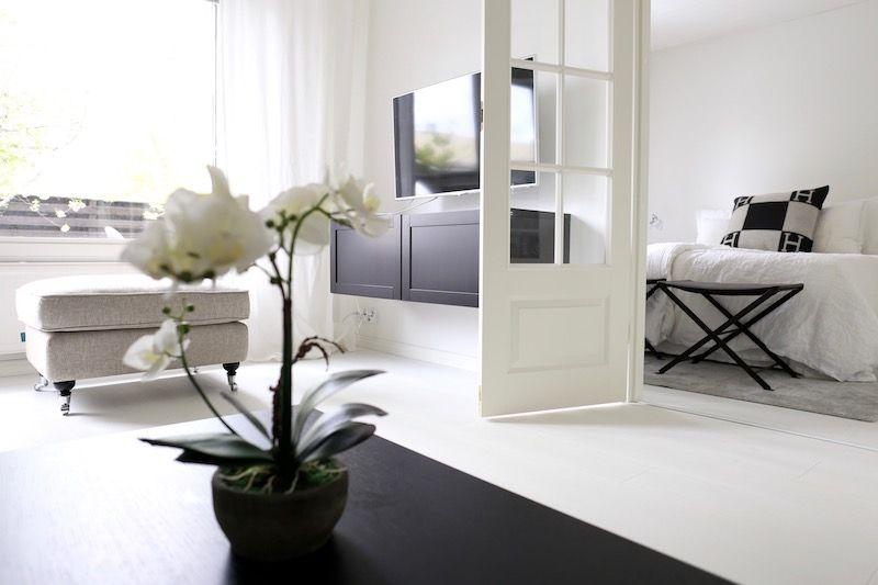 Homevialaura | Monochrome home | Modern classic interior | living room decor | Sits Julia | Gervasoni Ghost | Howard stool