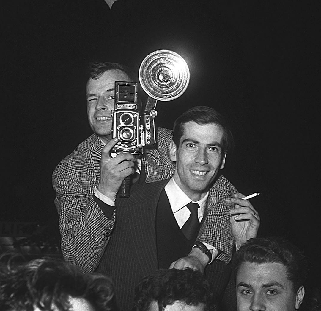 """""""Un jour en #France - Le mois de la photo - #1955 - Notre photographe Philippe Le Tellier sur les épaules de #RogerVadim alors jeune reporter à Paris Match…"""""""