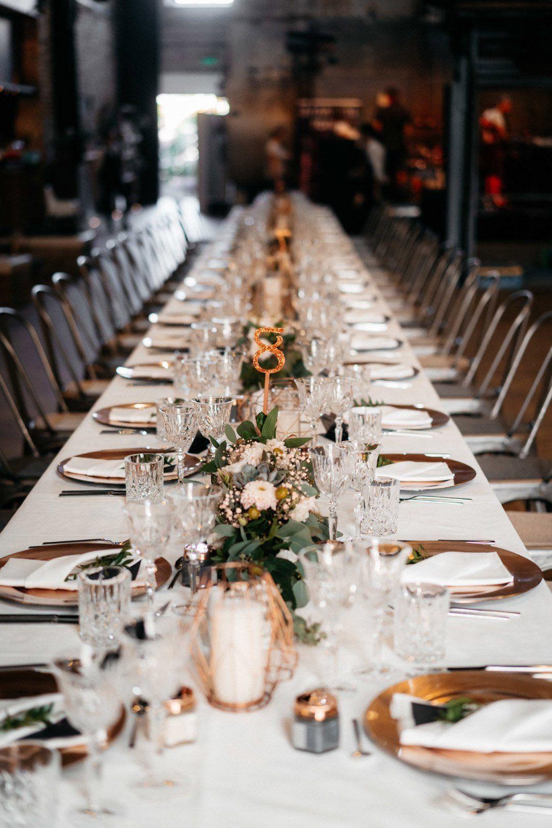 Tischdeko Einer Langen Tafel Bei Der Hochzeit Hochzeit Deko Tisch Langer Tisch Hochzeit Tischdekoration Hochzeit