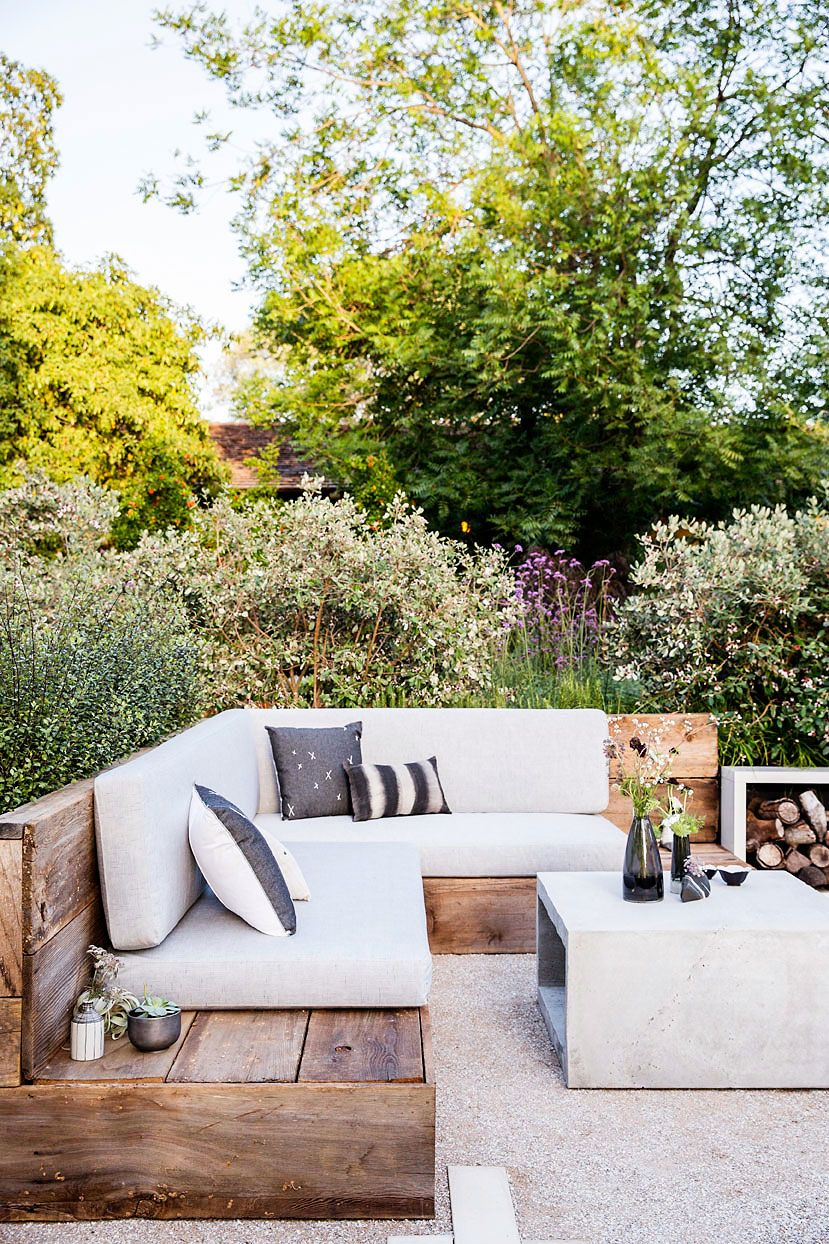 Groene tuin, houten zithoek