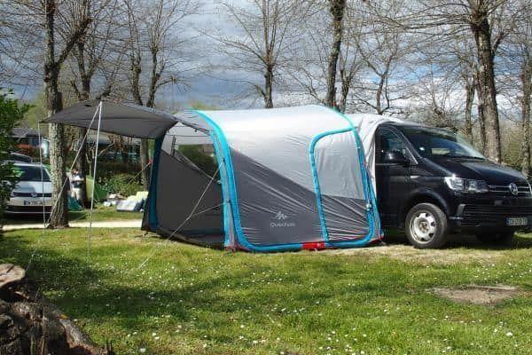 quechua air base an einem bulli als vorzelt campingideen vorzelt und zelten. Black Bedroom Furniture Sets. Home Design Ideas