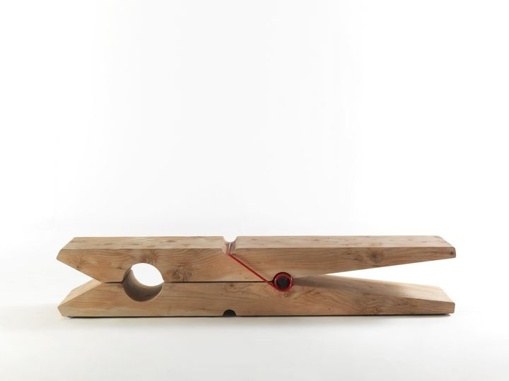 La panca MOLLETTA, giocando con il tipico fuoriscala dell'arte pop, regala al legno del cedro un'interpretazione iper-naturale del materiale.