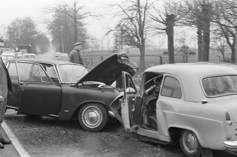 Auto Ongeluk Bij Coevorden 1966 Coevorden Auto Politie Agenten Oude Foto S