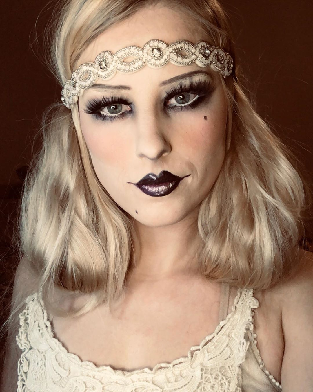 Gatsby inspired roaring 20s make up look following a