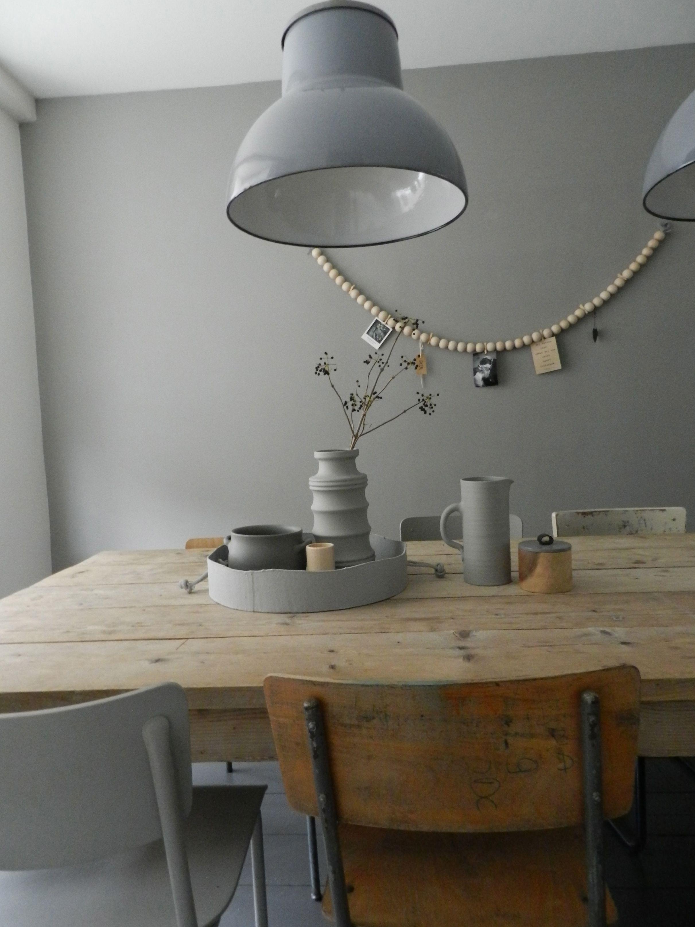 Mooie Grote Tafel Met Stoelen.Stoere Metalen Lamp Houten Tafel En Verschillende Stoelen