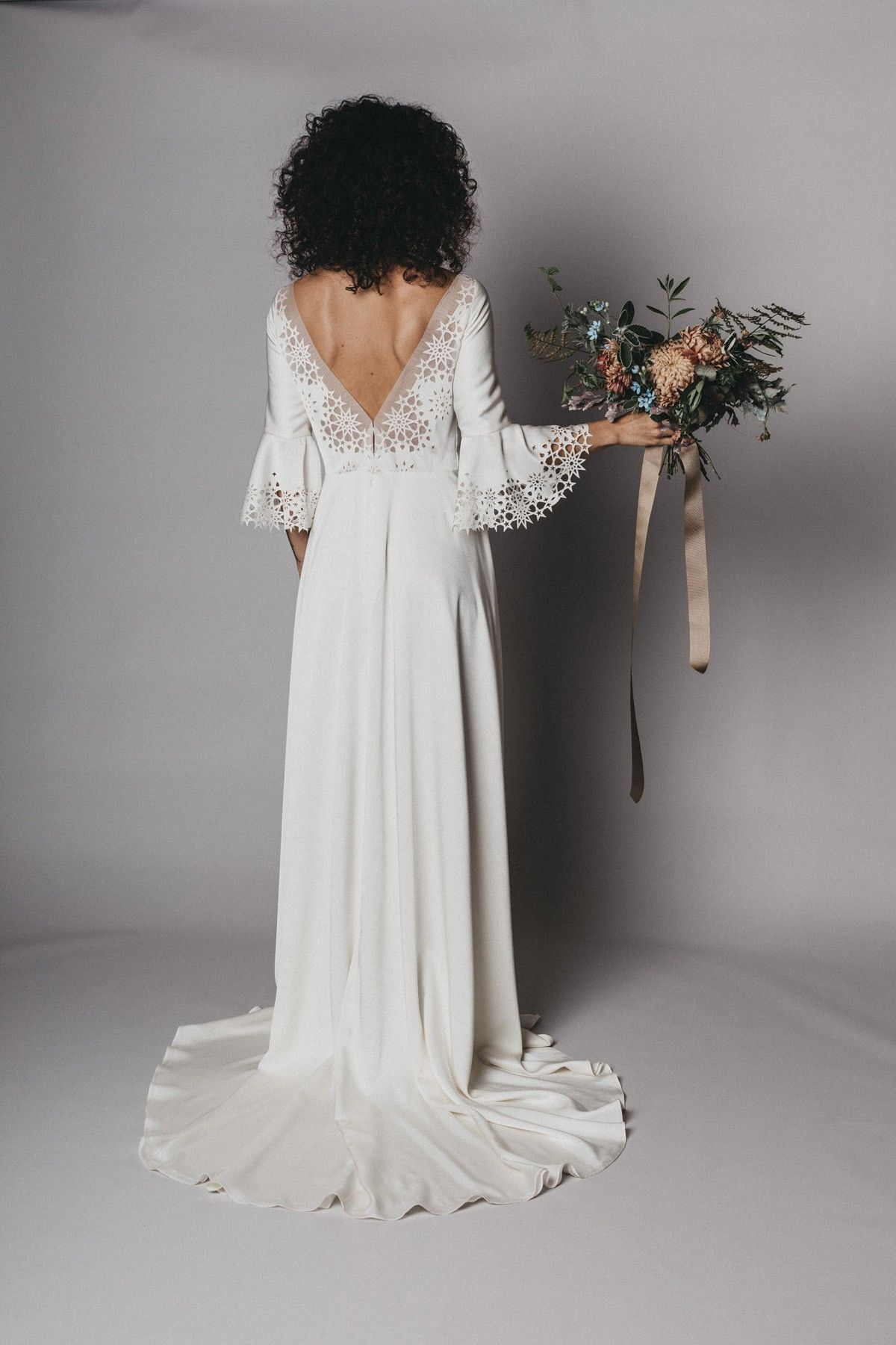 Labude Köln - Brautkleid Talitha mit halblangen Ärmeln und tiefem
