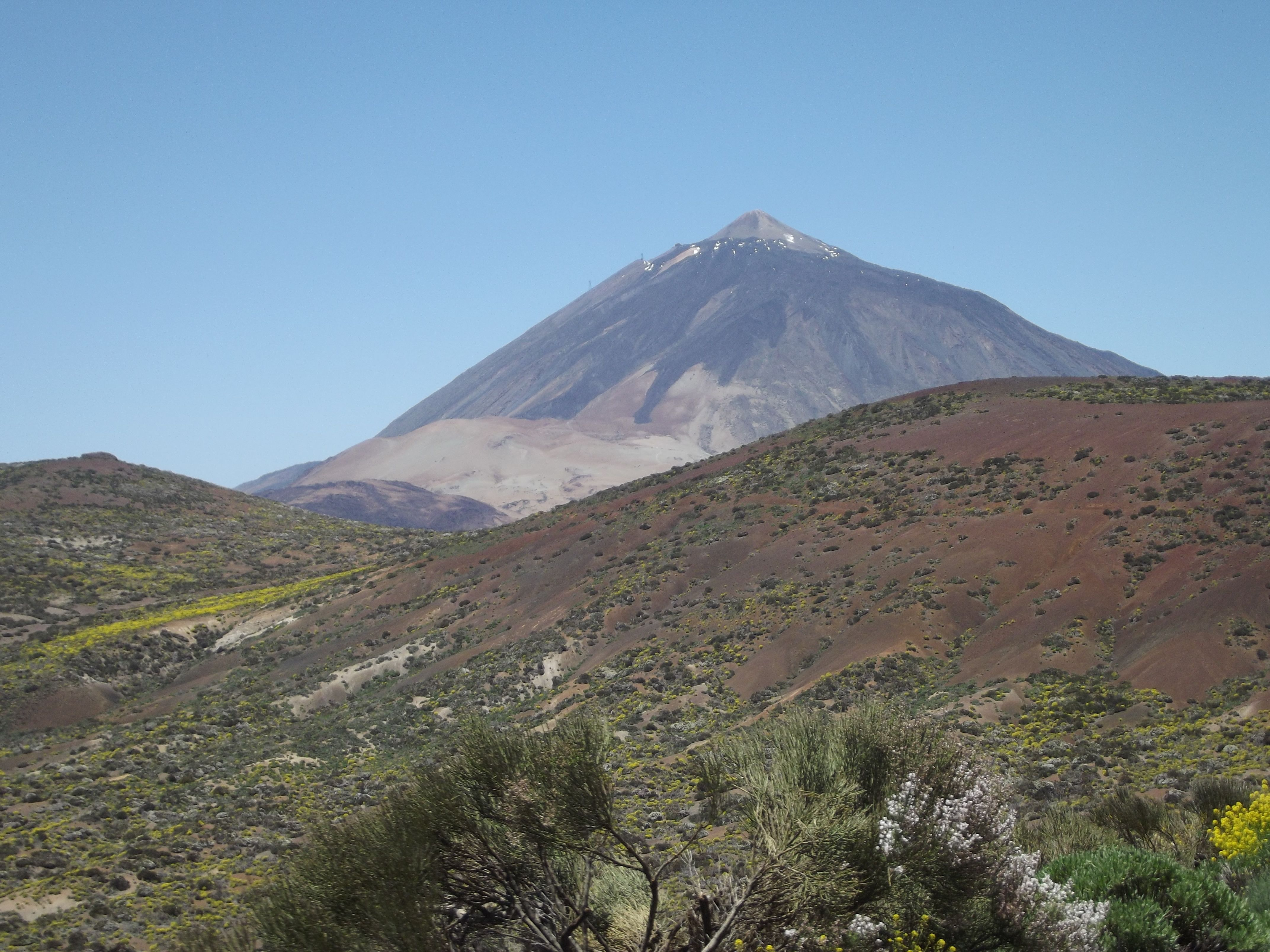 Mount Teide Is A Volcano On Tenerife In The Canary Islands Its 3 718 Metre Summit Is The Highest Point In Spain And The Highes Tenerife Canary Islands Volcano