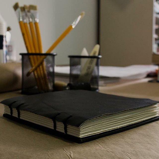 Sketchbook especial para aquarela. ❖ ❖ ❖  Encomenda especial... Miolo em Marrakech, capa de recouro e base em holler revestido em papel vinílico preto fosco. E a costura é copta etíope, claro <3