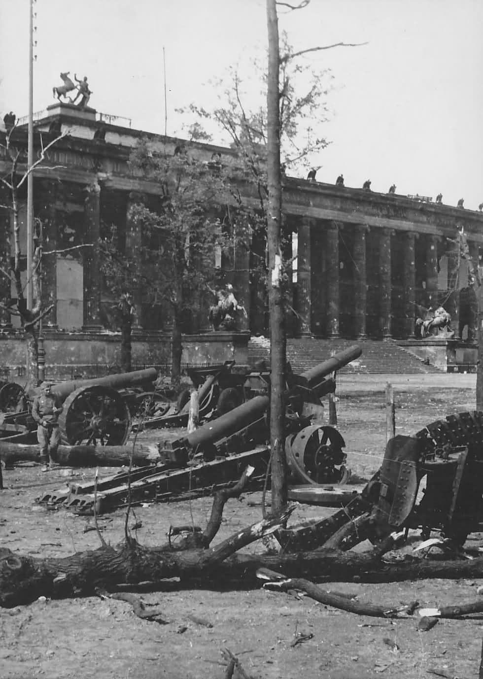 Altes Museum 1945 Im Berliner Lustgarten Berlin Mitte Militargeschichte Museum Insel Berlin Geschichte
