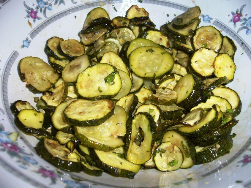 Le zucchine alla poverella sono un piatto tipico della tradizione culinaria pugliese. Sono un contorno che si prepara facendo essiccare le zucchine al sole e poi friggendole. Infine si condiscono con menta e aceto.