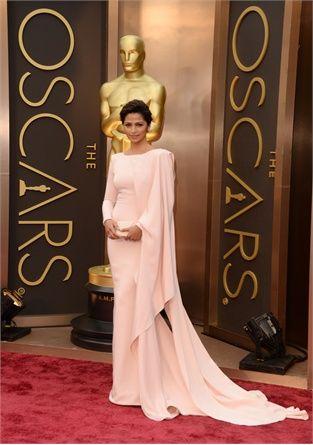 Oscar 2014: i look delle star http://buff.ly/1hY4Mpc #outfit #look  #redcarpet anna hathaway CAMILA ALVESI IN GABRIELA CADENA