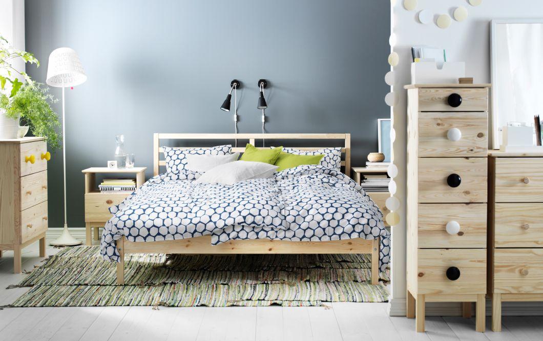 Ein Schlafzimmer mit TARVA Bettgestell aus Kiefer mit STENKLÖVER - schlafzimmer kiefer weiß