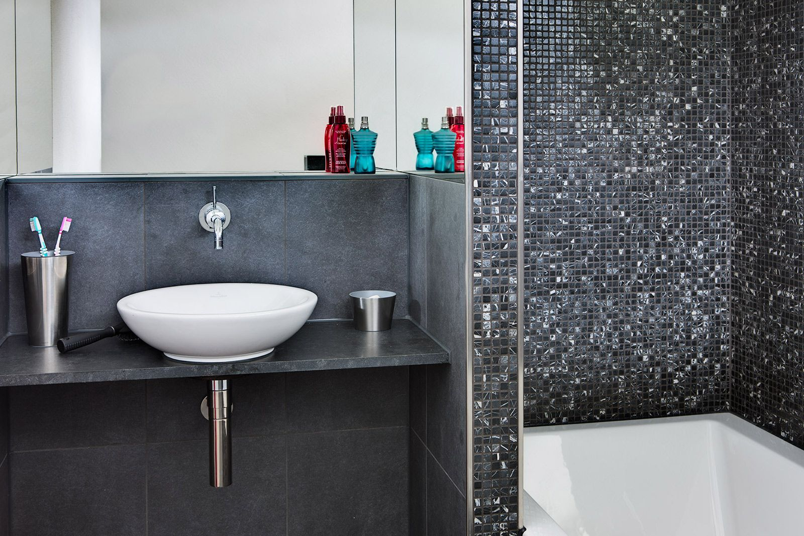 Trendy badkamer met kranen van jado en hansgrohe gerealiseerde badkamers pinterest room - Badkamer met mozaiek ...