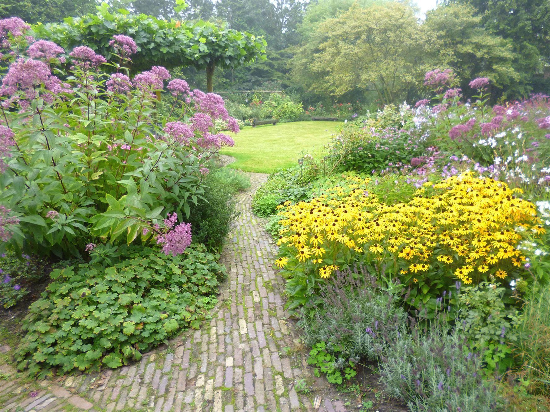 Weelderige tuinen met prachtige bloeiende planten for Tuin beplanten